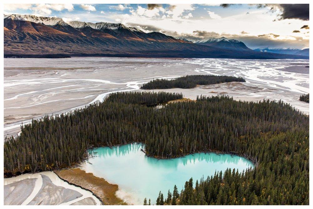 ALASKA- Willkommen an der letzten Grenze - Alaska hält unzählige Überraschungen für Sie bereit. Auf einer Abenteuerreise abseits asphaltierter Straßen und touristischer Pfade können Sie echten Pioniergeist in einer der letzten ausgedehnten Wildnis-Regionen der Welt erleben. Der nördlichste Bundesstaat der USA reizt durch ursprüngliche Natur und unvergessliche Tierbeobachtungsmöglichkeiten. Abwechslungsreiche Landschaften wie eine unendliche Tundra, herrliche Fjorde und die größten Gletscher der Erde werden Sie begeistern. Ein besonderes Erlebnis ist es, den Wrangell-St. Elias National Park in kleinen Flugzeugen zu erkunden, die überall landen können: auf Gletschern, in Flussbetten oder der kleinsten Wiese. Das bedeutet große Freiheit! Und mit etwas Glück schimmern in klaren Nächten die Nordlichter (Aurora Boreales) - mal grün, mal rot, mal violett - und runden so Ihre Erlebnisreise nach Alaska ab.