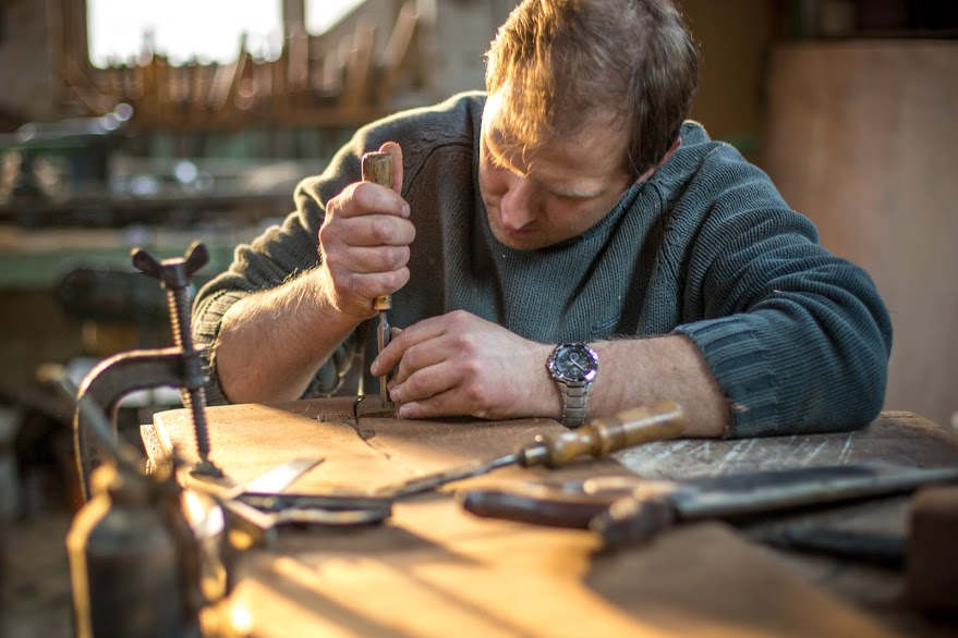 In our workshop we put in the hours and lovingly attend to every detail in the oak boards.