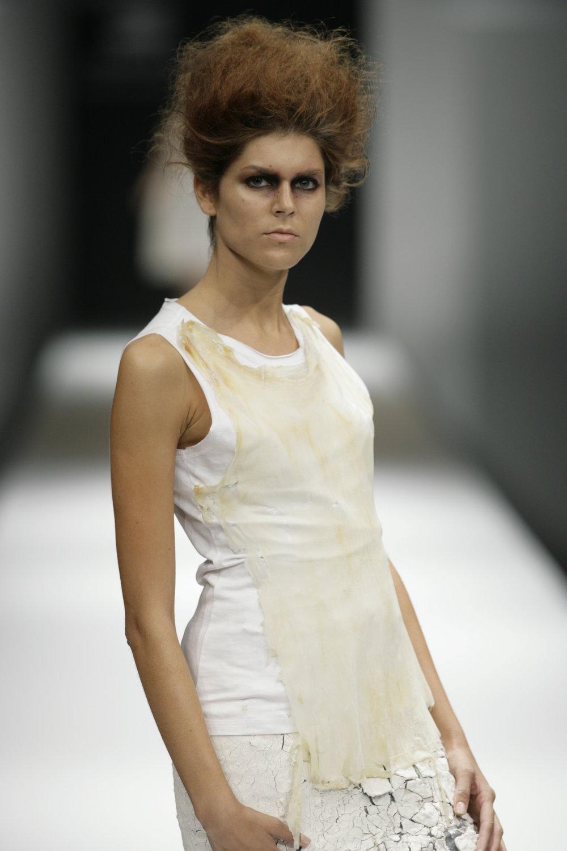Lara_Torres_2007_MIMESIS_I_desfile03.JPG