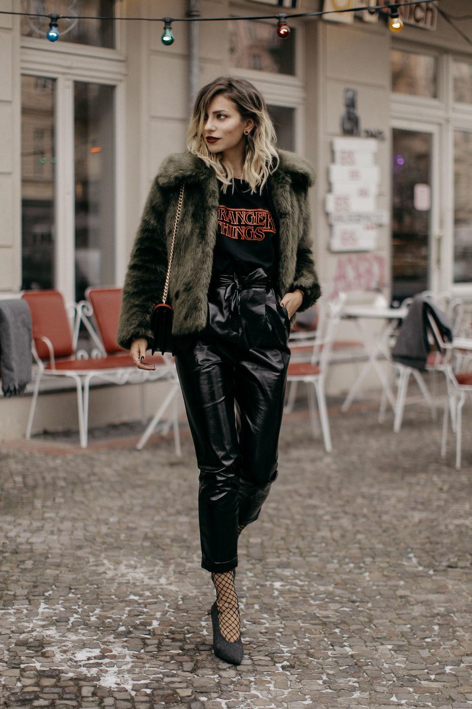 Fashion-Week-Outfit-Tshirt-Vinyl-pants-fake-fur-4-KL.jpg