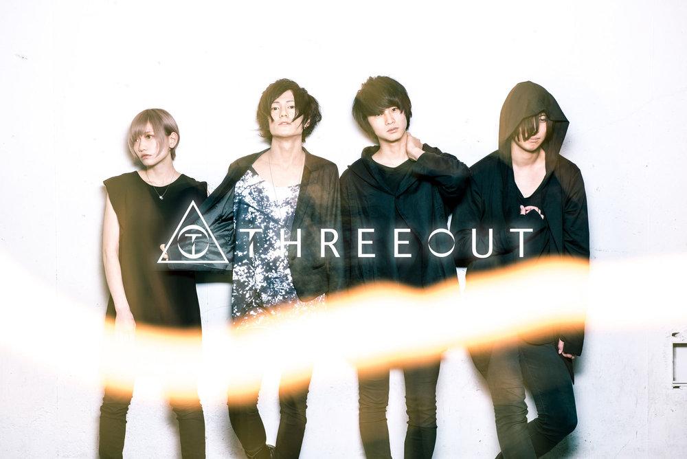 THREEOUT - 「ジャンル」というボーダーを越えまくれるのは彼らの声があるからだろう。「声」という軸があればサウンドはすべて強力な装備になる。今年3月15日の新譜リリース以降、覚醒した彼らの新しい姿を東京で届けることができるのを嬉しく思う。threeout.jimdo.com
