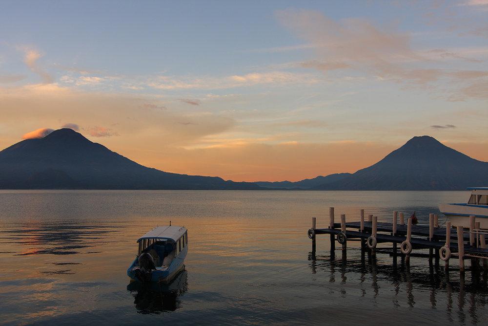 Diese fabelhafte Aussicht am Atitlan See zu genießen sollte auf jeder Wunschliste stehen.