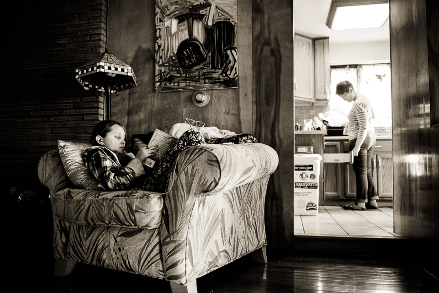 day in the life family photogrphy - girl reads while mom works in kitchen