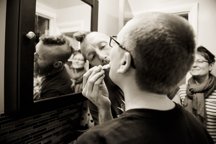 day in the life family photogrphy - shaving mom in mirror