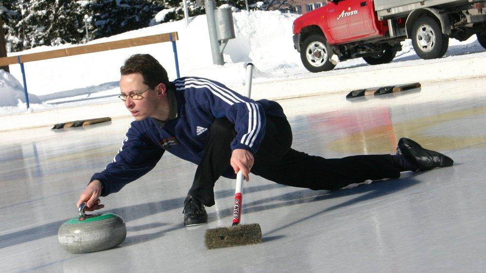 """Open-Air Curling: Konzentrierte Steinabgabe beim """"Sunnacup"""" in Arosa."""