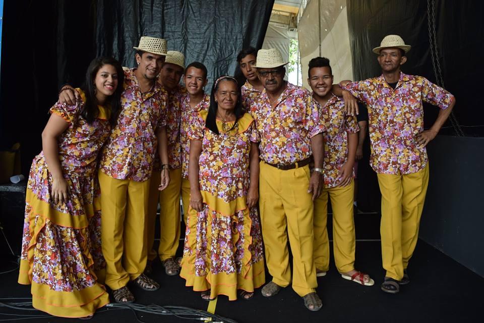 Left to Right - Maria Gomes (BGV)Cicero Araujo (triangle, BGV)Weligton Barros (surdo, BGV)Eudes Diego (ganzá, tamancos, BGV)Rosa Gomes (BGV)Bruno Cesar (tamancos, BGV)Cicero Gomes (lead vocals)Diogo Vinicius Gomes (tamancos, BGV)Luziano (pandeiro, BGV)----- Not Pictured -----Fagner Gomes (ganza, tamancos, BGV)Bruna Steffany Lima (ganzá, tamancos, BGV)