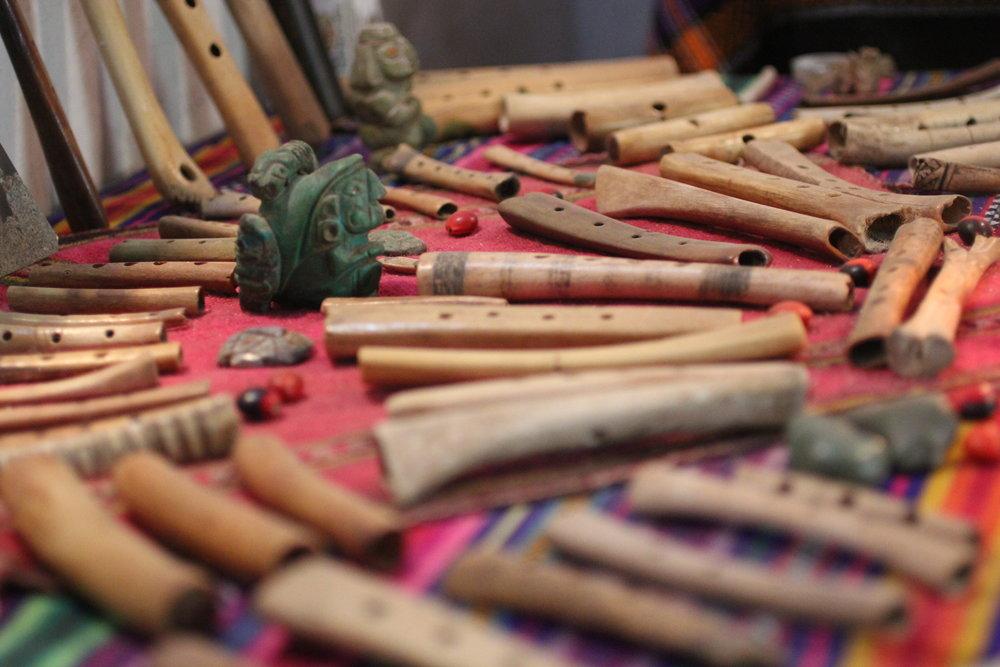 Altar das flautas de osso da sala dos abuelos.