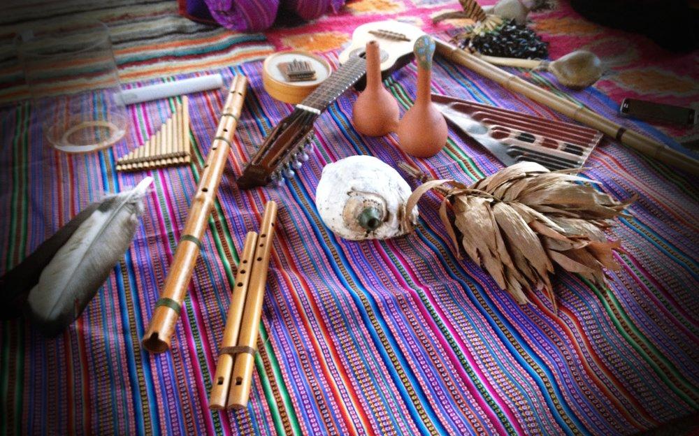 Os instrumentos musicais utilizados por Tito no trabalho das 9 portas.