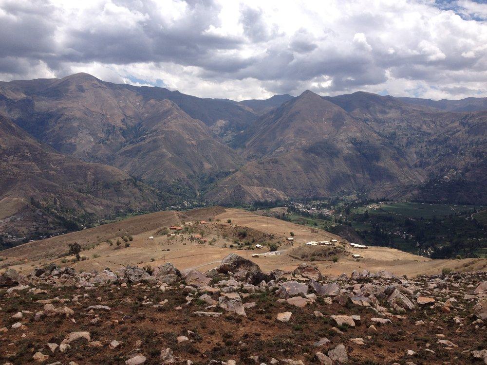 O topo da Montaña que Canta com as casas do ashram lá em baixo à esquerda.