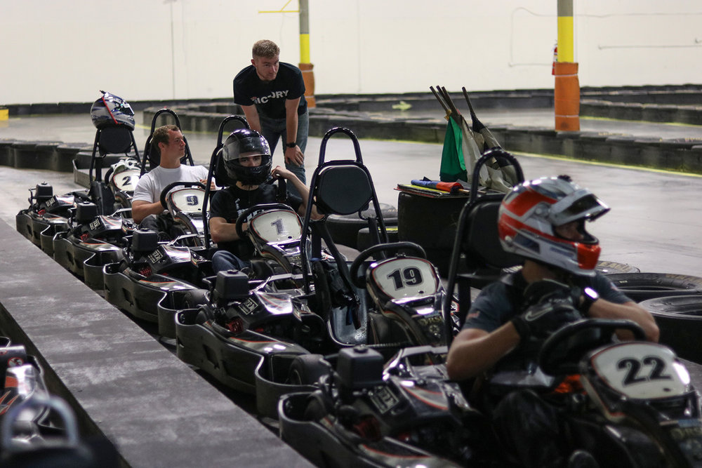INDIVIDUAL TO TEAM RACE - An 8 Minute Qualifying session determines thedriver order. Each driver competes in a 10 minuteindividual race. That outcome determines the2 Man teams that compete in a 20 minute teamrace. Drivers change after 10 minutes. The teamcompleting the most laps determines the winner.