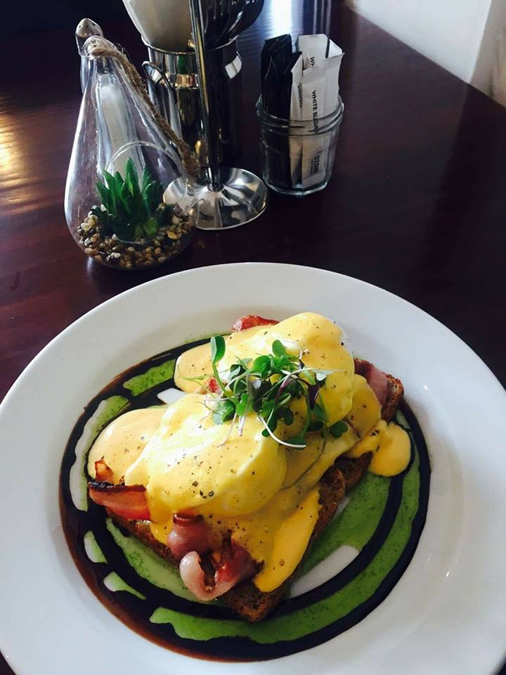 Eggs Benedict with bacon.jpg