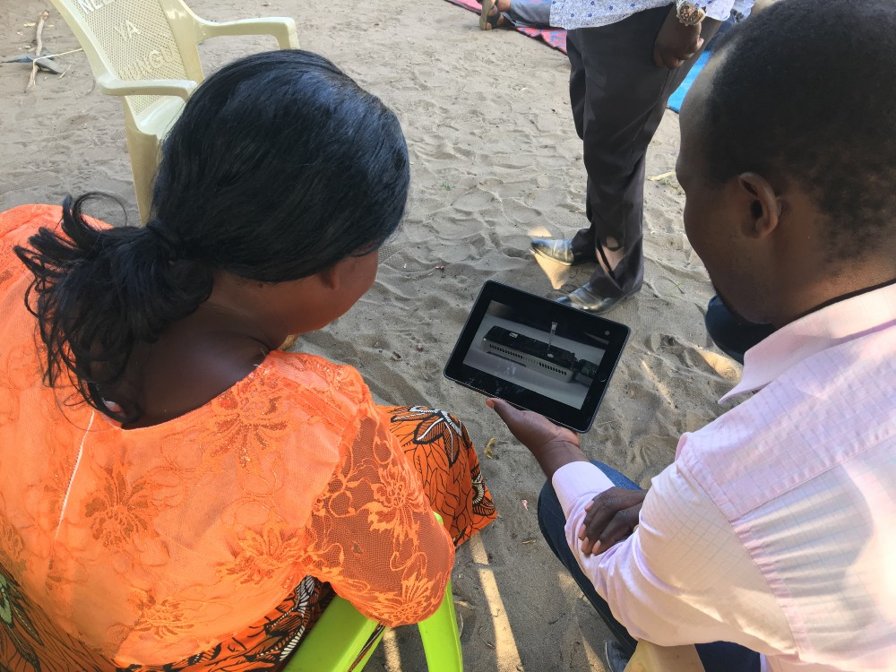 Charles Kayuki shows Asha Mohammad Nanopore sequencing technology. Photo: Laura Boykin