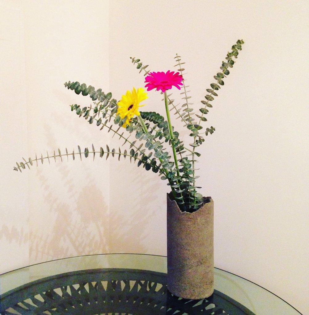 FULO concrete vase with flowers