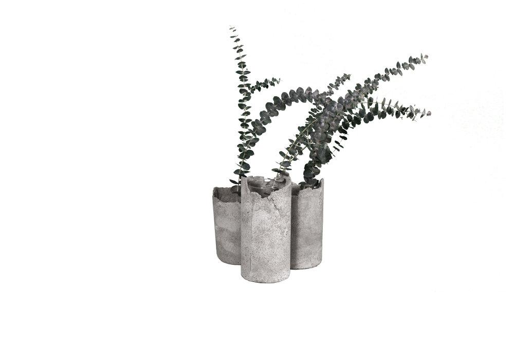 FULO Concrete vase with minimalist arrangement