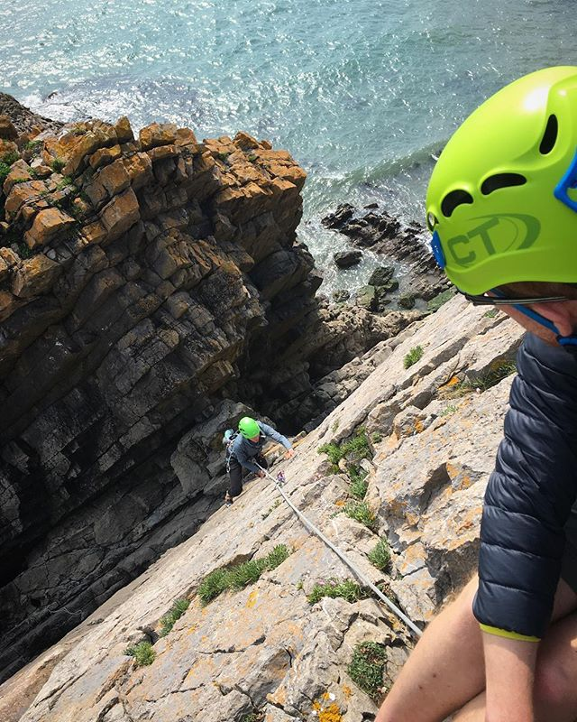 Intro to outdoor climbing today with two keen folk 👍#penally #pembrokeshire #sea #cliff #climbing #instructor #guide #outdoors #adventure #learning #skills #tradisrad #rock #trad #photography #action #health #fitness #motivation #instagood @ami_professionals @visitwales @visitpembrokeshire