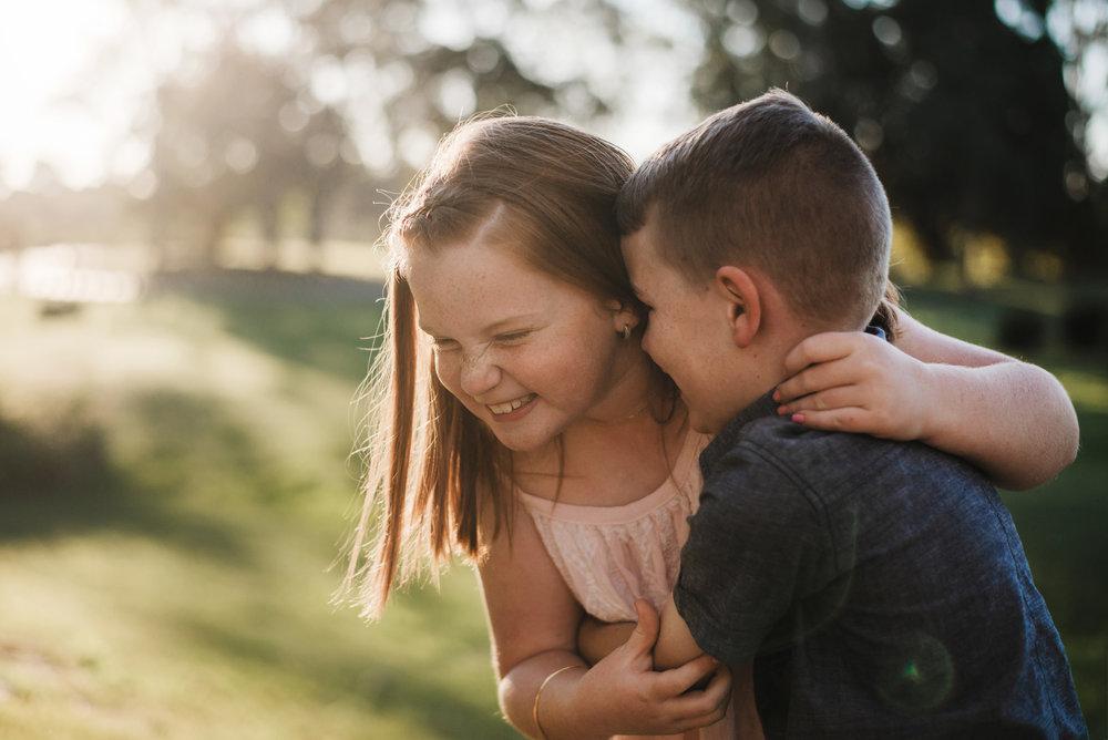 lifestyle_portrait_of_joy_between_siblings