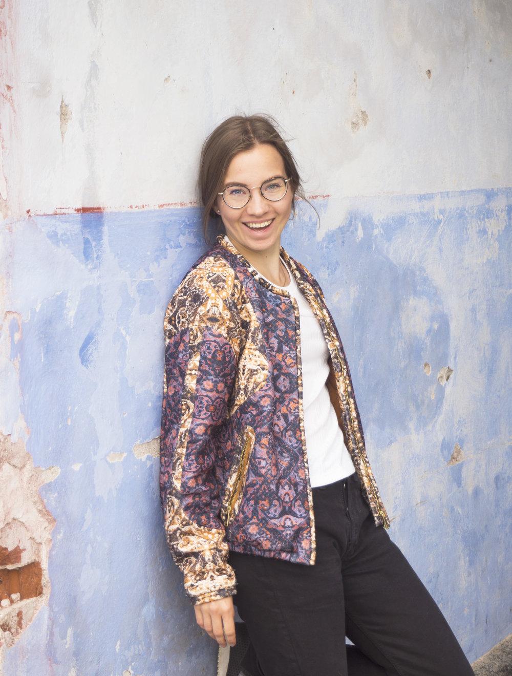 Pauliina Skarr on graafinen suunnittelija ja kuvittaja joka pohtii luonnonläheistä ja aitoa elämää estetiikan, kokkailun ja retkeilyn kautta.