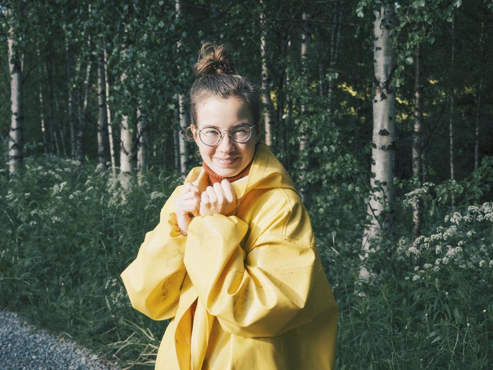 pauliinaskarr-outdoor-keltainen-sadetakki-2