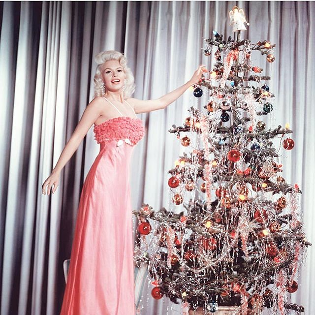 Big mood. Who's spending the weekend decorating for the holidays? ✨🙌🏻 #holidays #christmas #retro #hudsonvalley #janemansfield #vintage #christmas