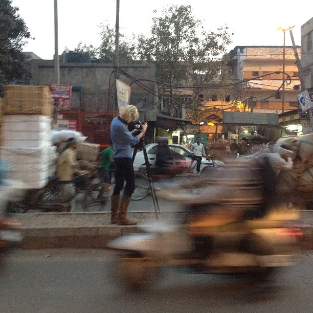 @moscarpelli filming crowded #newdelhi streets in motion (at Delhi, India)