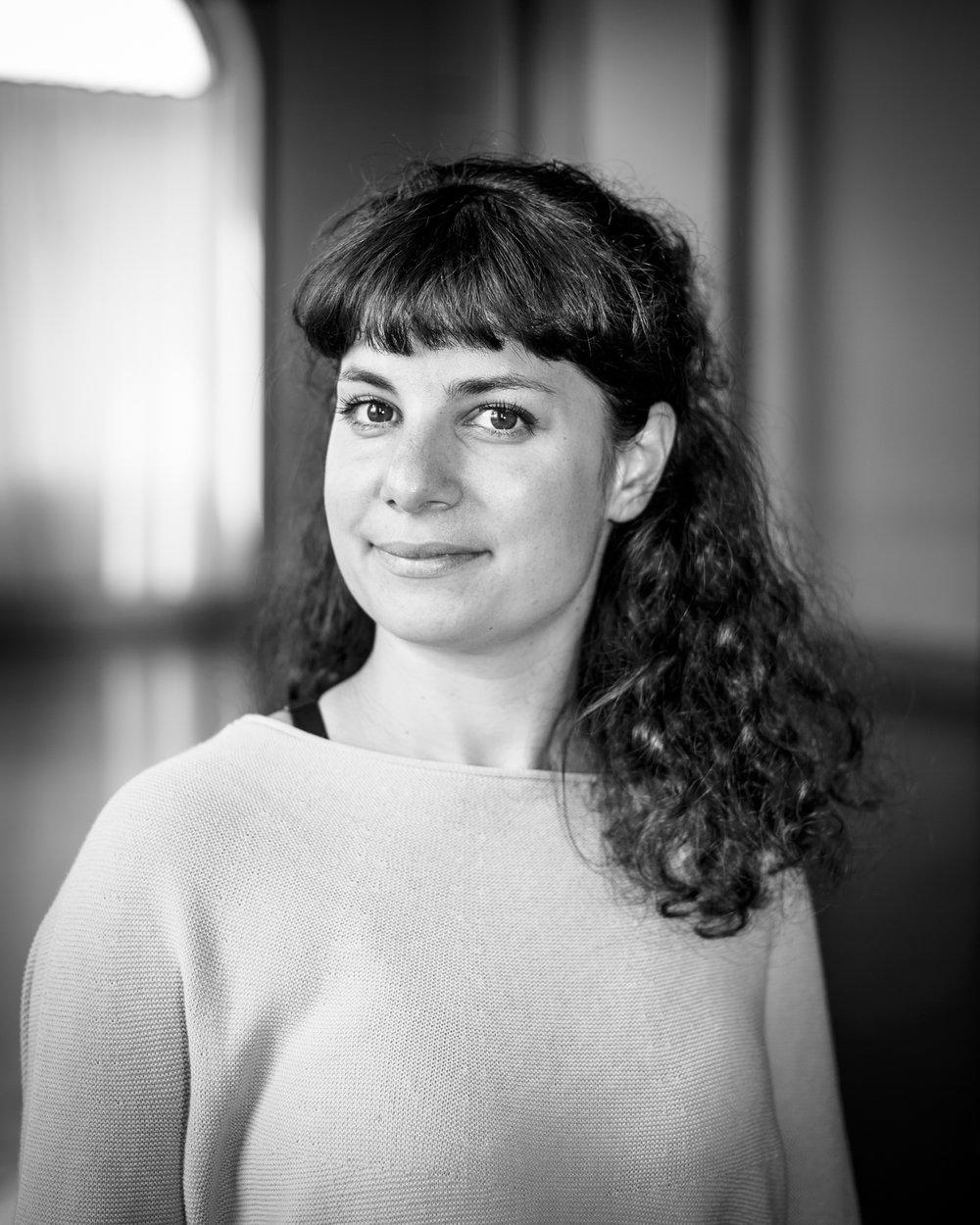 Noelia Tajes - Directrice Artistique, Chorégraphe & Choréologue(FR)Née à Delémont (JU), Noelia Tajes est hispano-suisse basée à Genève. Elle est choréologue, directrice artistique et chorégraphe de la compagnie de danse NoTa and Guests.Elle est diplômée de la Haute école de travail social (HETS) de Genève (CH), titulaire d'un BA en animation socioculturelle (2007-2012). Triple Lauréat de la Fondation Hélène & Victor Barbour, elle saisit l'occasion pour approfondir son développement en danse à Trinity Laban Conservatoire of Music & Dance, obtenant ainsi les diplômes Diploma in Dance Studies(2013) et Master in Creative Practice ; Dance Professional Practice(2015). Noelia Tajes rentre en Suisse pour travailler avec la compagnie de danse NoTa & Guests et crée deux projets de chorégraphie participative – EntreTemps (2017) & Ex'Pression (2018). Ceci en se spécialisant dans le développement de la danse avec le Specialist Diploma in Choreological Studies(2018).Noelia Tajes est une chorégraphe à la recherche artistique constante de liens entre le travail chorégraphique et les préoccupations sociales. Elle développe actuellement son travail avec des ateliers chorégraphiques, des projets de chorégraphie participative et des ateliers dédiés à l'émancipation du spectateur en utilisant la choréologie comme méthode de travail.Elle a présenté ses recherches chorégraphiques avec ; DUELO – une exploration du deuil et du duel – Théâtre de L'Etincelle à Genève en 2010. Au nom de la Cie NoTa & Guests, elle conceptualise le projet de chorégraphique participative pour les 20 ans de l'association Rinia Contact ENTRETEMPS : LES DANSES CONTEMPORAINES D'ANTAN. Ce dernier se décline en deux volets : ENTRETEMPS (2017) et EX'PRESSION (2018) qui allie parfaitement le socioculturelle à l'artistique.Noelia Tajes est sollicitée à prendre part au projet Territoires Dansés en Commun – TDC. Un ambitieux projet transfrontalier d'éducation artistique et culturelle en danse, qui se déroule de 2017 à 2020.
