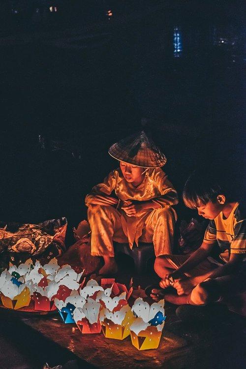 hoi an ville lanternes enfant vietnam asie blog voyage photographie.jpg