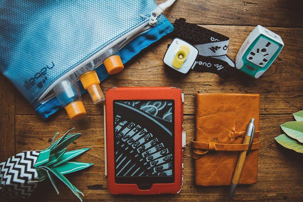 19 accessoires indispensables en voyage avion trousse