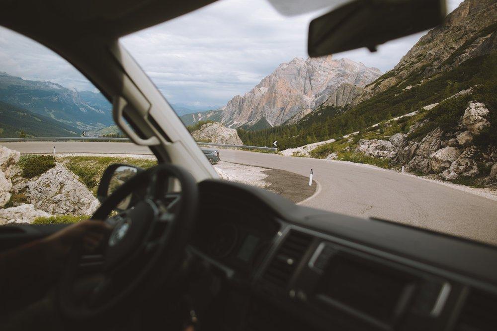 van sur une route de montagne