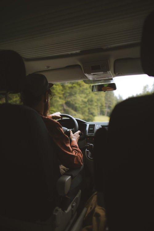 sébastien conduisant le van en montagne