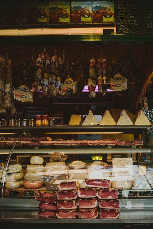 marché de bolzano avec charcuterie et fromage