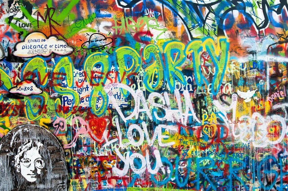 graffiti sur le mur john lennon à prague