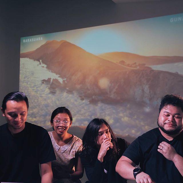 2 hari ini keliling radio-radio di Jakarta dalam rangka mempromosikan single baru #barasuara dan banyak ngobrol/games seru. Siap-siap besok main di #synchronizefest 📷: @davianakbar