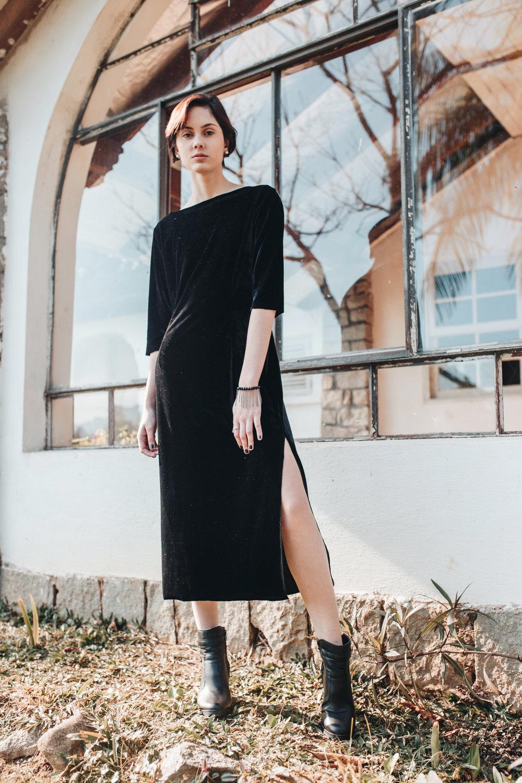 Vestido Andressa - vestido midi com fenda lateral de veludo molhado na cor preta; disponível a pronta entrega no tamanho M; outras cores e tamanhos disponíveis sob encomendaR$ 98,00