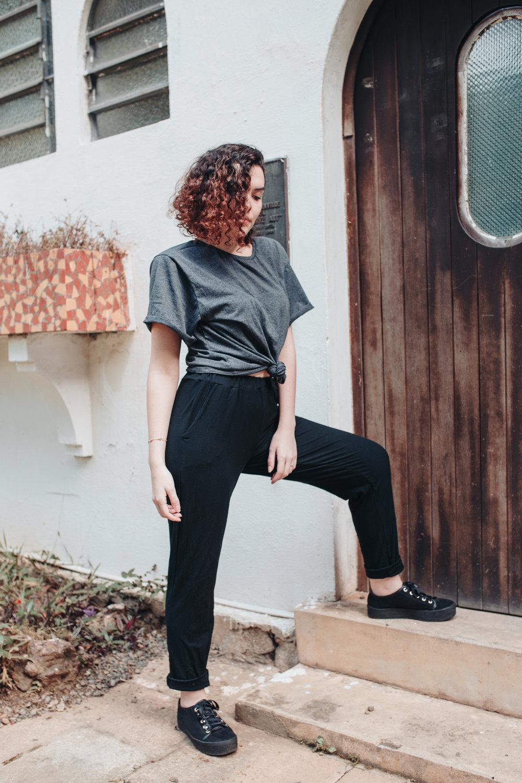 Calça Luisa - calça de malha de viscose com bolsos laterais e cós de elástico na cor preta;disponível a pronta entrega no tamanho M; outras cores e tamanhos disponíveis sob encomendaR$ 60,00