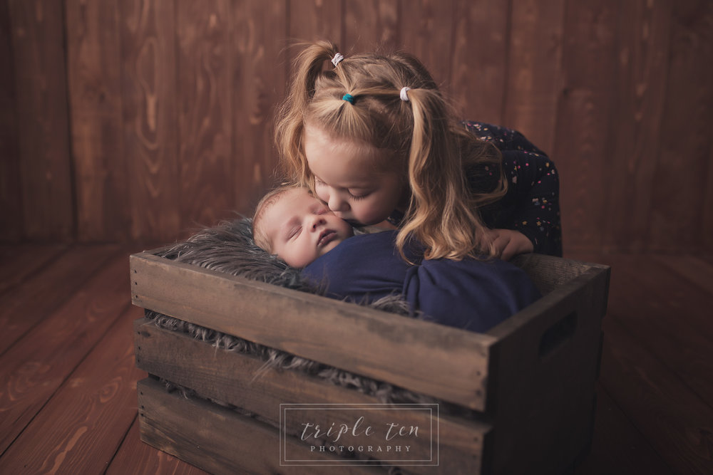 sibling pictures central alberta newborn photographer.jpg