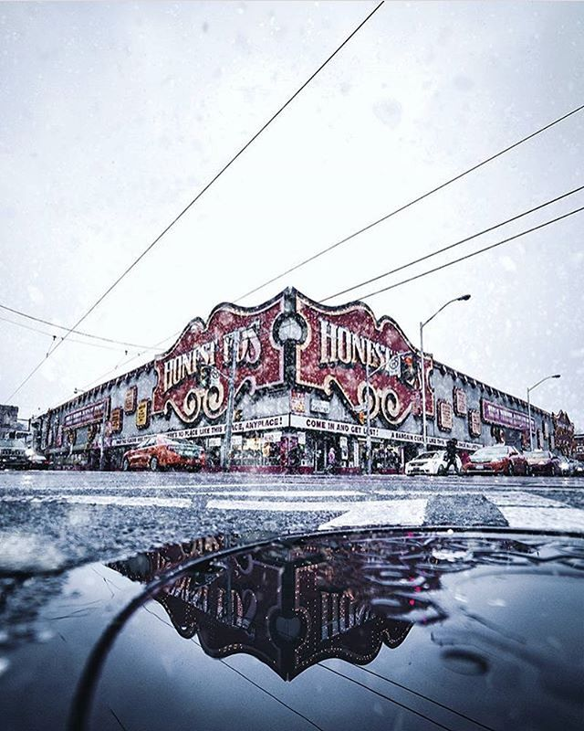 S/O @soteeoh for immortalizing this T.O. landmark. #honesteds #thefouronesix #photography #streetphotography