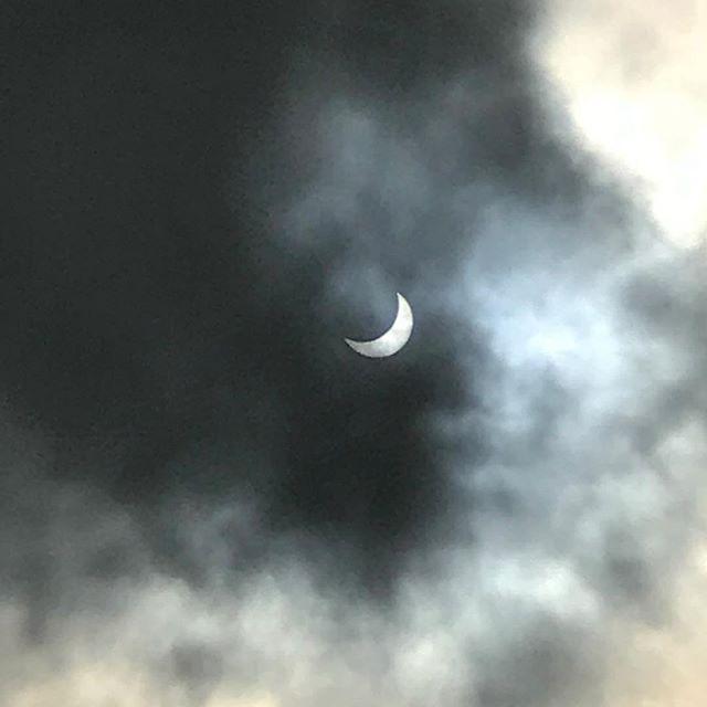 Så tager man helt til USA for at få sol og sommer, og så skal månen blande sig! 🤠😎#Austin #solformørkelse #eclipse