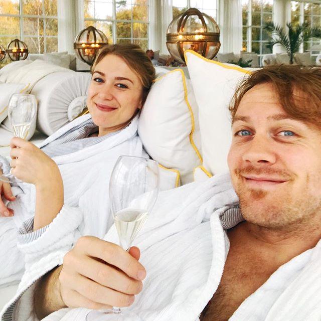 Pyh! Det er hårdt at holde efterårsferie i Sverige! Spa, champagne, sauna osv. Man farer jo rundt! 😵😰🙄 #ystadsaltsjöbaden #skålforfaen #efterårsferie @nannaflojborg