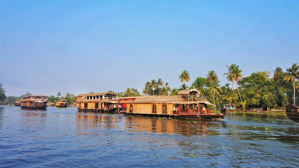 One of the best Alleppey backwaters tour is to do the Alleppey backwaters tour by houseboat.