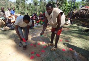 En gemensam kartläggning görs över de platser i och utanför byn som invånarna går till för att göra sina behov.