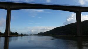Angeredsbron ramar in Jonas som knappt syns under den mäktiga portalen.