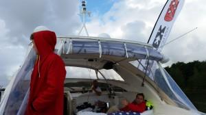 Love Ljungström (Sverigesimmet) tillsammans med Pontus Öjendal och Christoffer Johansson från Pollex stöttade Jonas från båten.