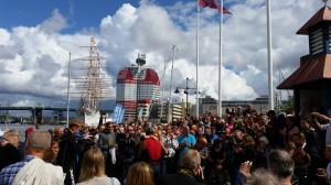Jonas blir hjärtligt välkomnad av de som betytt mest under de 64 milen från Stockholm till Göteborg.