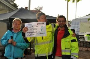 Jonas får Pollex gåva från VD Mattias Höglund.
