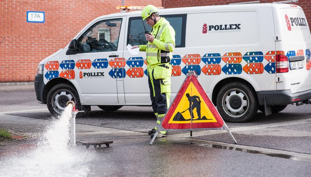 En blandning av luft- och vatten tas ut ur en brandpost. I det här fallet nästan rent vatten mot slutet av spolningen.