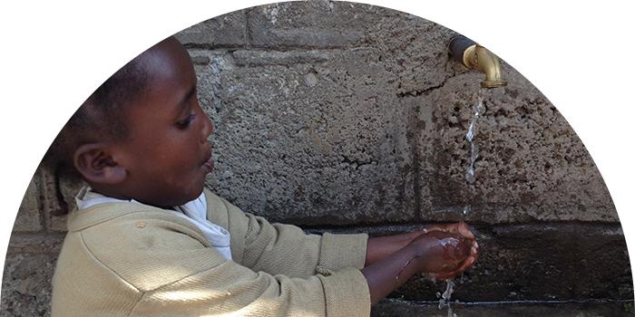 Flicka njuter av rent vatten.