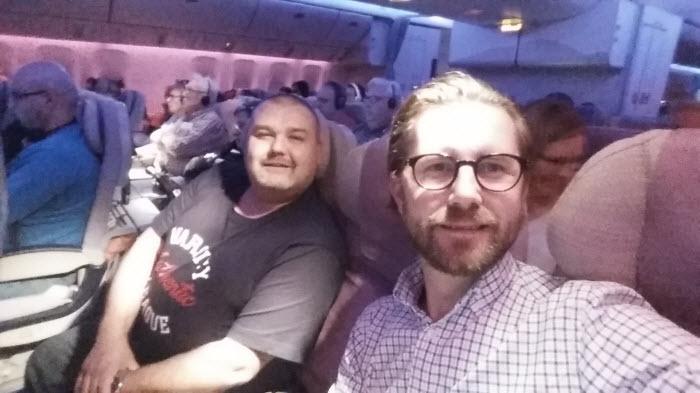 På väg. Jag och Håkan halvvägs på flyget till Dubai, sedan Dubai till Lusaka i Zambia. Vi kommer fram till Lusaka måndag morgon.