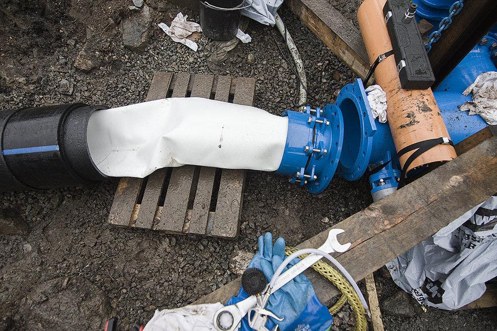 Tryckslangen är infäst i en flänsad specialkoppling som monteras mot befintligt ventilpaket.