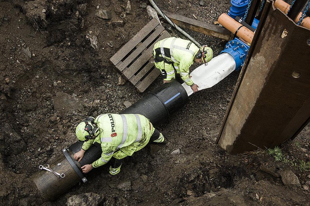Ett skyddsrör installeras över tryckslangen för att ta upp yttre jordlaster.