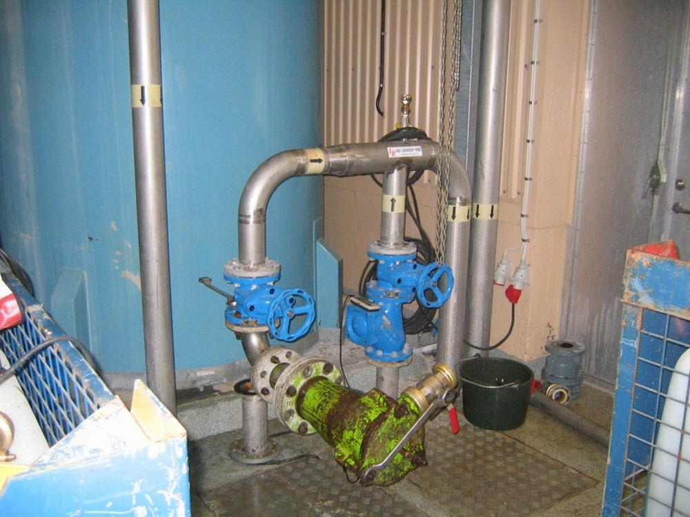Starthylsa monterad i pumpstation. Här är backventil demonterad för att kunna ansluta.